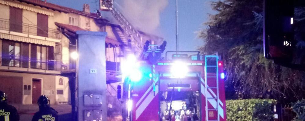 Garbagnate, tetto in fiamme  Momenti di paura tra i residenti