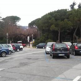 """Piazza Garibaldi come un """"salotto""""  I pedoni sloggiano strada e posteggi"""