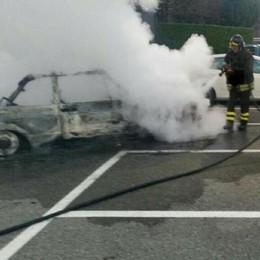 Auto in fiamme a Perledo  Fuoco spento dai pompieri