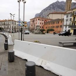 Lecco, via le barriere in piazza «Restano i controlli anti terrorismo»