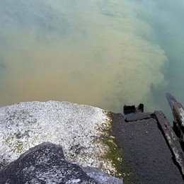 Il lago è molto basso, approdi a secco  e fogne a cielo aperto