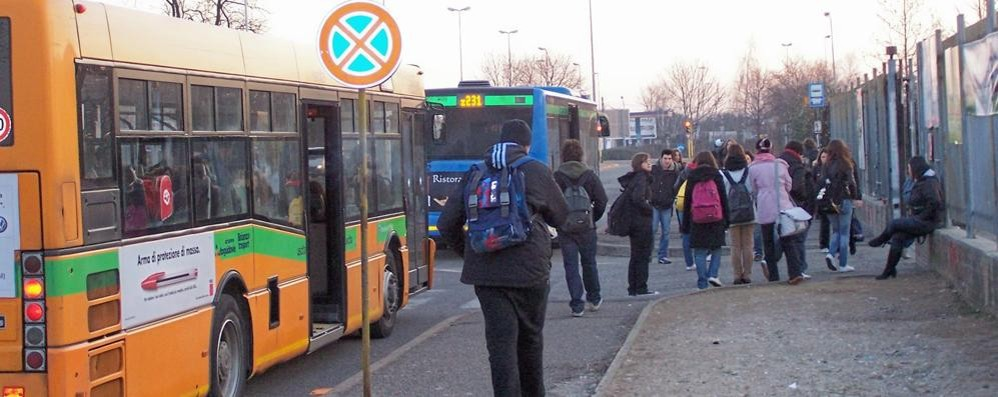 Acido sui sedili del bus degli studenti  Due ragazzi in ospedale per ustioni