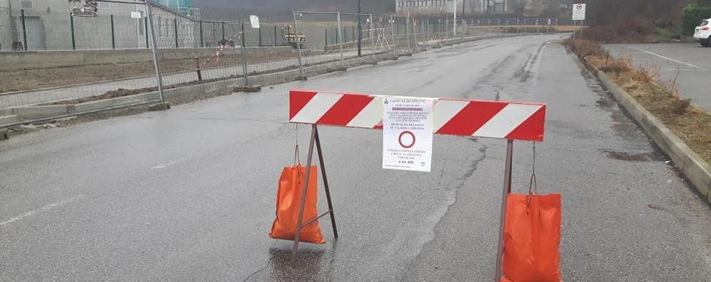 Sirone, zona industriale  isolata da un massa caduto