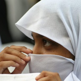 14enne rifiuta velo,madre la rasa a zero