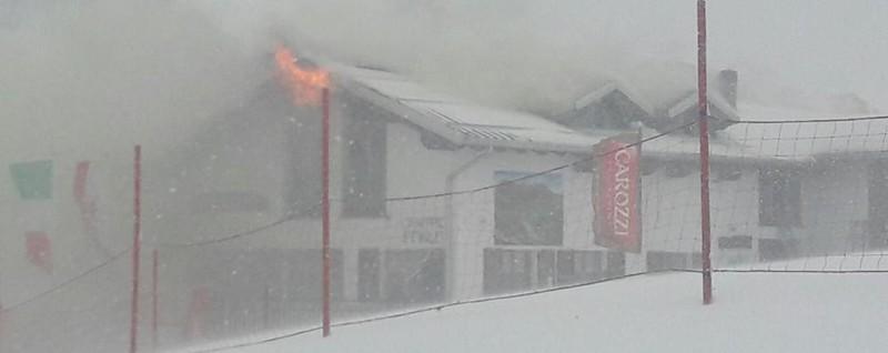 Fiamme al rifugio di sci di fondo brucia il tetto ai piani for Piani di costruzione di storage rv