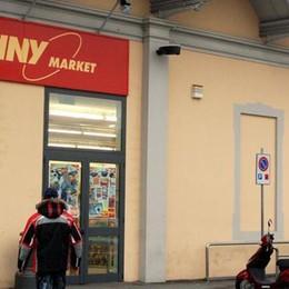 Rapina al Penny di Merate  Donna fugge con i soldi della cassa