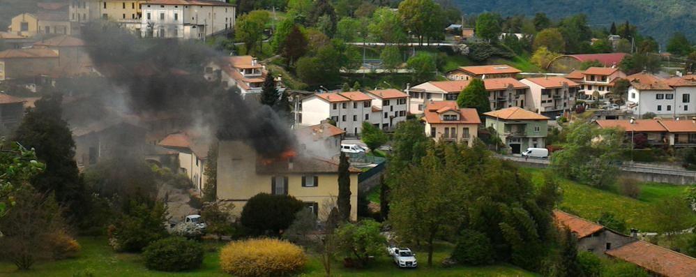 Incendio a Monte Marenzo  Brucia un tetto, nessun ferito