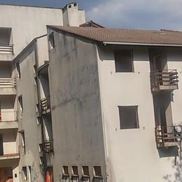 Casargo, pensionato rifugio di vandali  Il sindaco ordina la chiusura: «Inagibile»