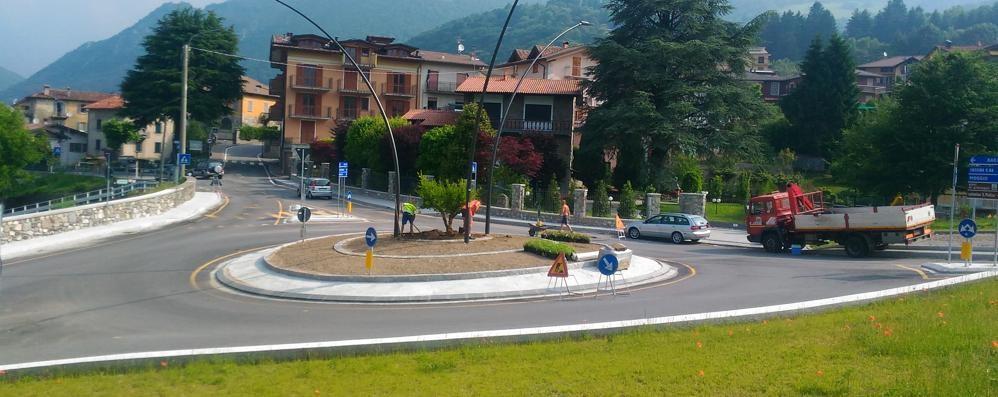 Alberi e aiuole nella nuova rotonda  «Cantiere finito entro una settimana»