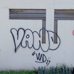 Lecco. Più che graffitari   sembrano vandali