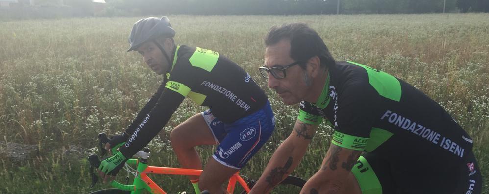 Colpito da infarto mentre sta correndo  Dopo un mese è in sella alla bicicletta