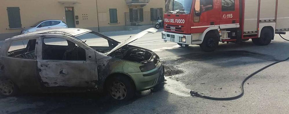 Lecco, auto prende fuoco Rifugiato cerca di domare le fiamme