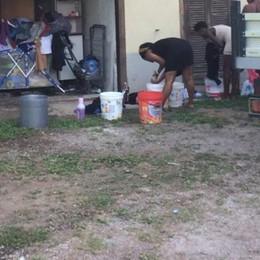 La doccia nel cortile a Merate   Migranti trasferite dopo le polemiche