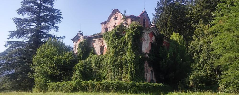 Villa De Vecchi pericolosa?  «Denunciare chi entra»