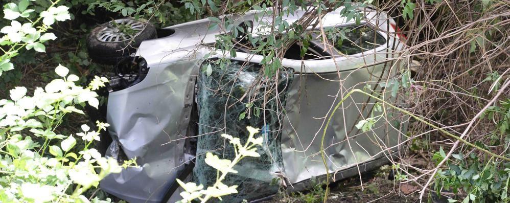 Auto precipita nel burrone a Margno  Miracolati i tre giovani a bordo