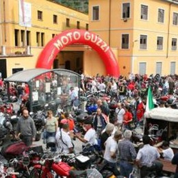 Il motoraduno Guzzi scalda già i motori  Segnaletica, vetrine e pure il braccialetto