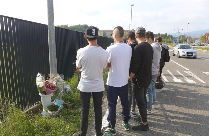 Un gruppo di amici riunito sul luogo dell'incidente