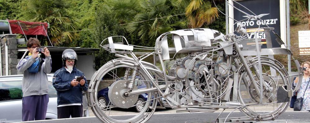 Febbre da Guzzi a Mandello  Selfie sulla moto e vetrine a festa