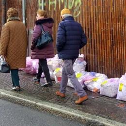 Lecco, caos differenziata   Mucchi di sacchi per strada