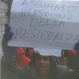 Migranti, corteo di protesta in Comune  «Siamo stanchi, vogliamo la residenza»