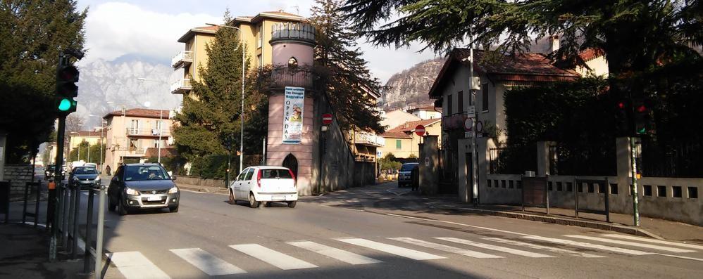 A Maggianico sistemato  il semaforo pedonale