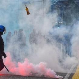 Derby, tensione in città:  sassi e bombe carta   Guarda il video