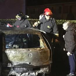 Olginate, prende fuoco un'auto  Le fiamme danneggiano altre due vetture