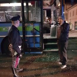 Colico, litiga con la fidanzata sul bus  Poi spacca la porta del pullman
