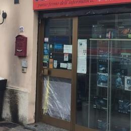 Due molotov a Cernusco  Contro negozio di computer