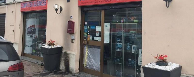 Due molotov a cernusco contro negozio di computer merate for Perego arredamenti cernusco