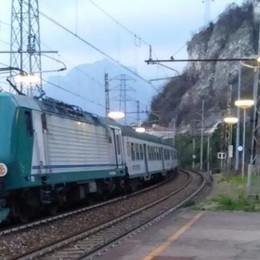 Incidente in stazione, tragedia sfiorata  Ragazzo attraversa i binari e inciampa