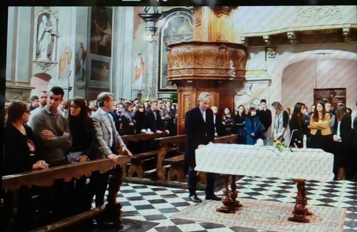 L'arrivo della bara nella chiesa parrocchiale di Dongo