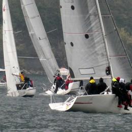 Interlaghi sferzata dal vento  Sfida per sessanta imbarcazioni