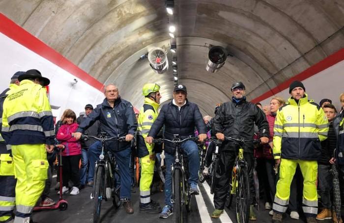 Al centro l'assessore Sertori al via della biciclettata