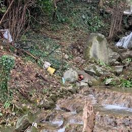 Amianto scaricato nella roggia  È allarme inquinamento a Erba