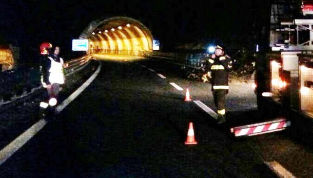 Camion in avaria in Super  Riaperta la corsia sud a Lecco