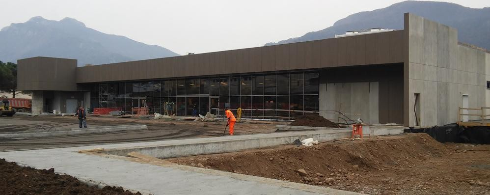 Mandello, S. Lucia porta in dono l'Iperal  Ultimi ritocchi al nuovo supermercato
