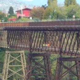 Ponte San Michele, partiti i lavori  Tecnici e operai sulla passerella