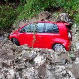 Valmadrera, frana sulla strada  Tanta paura e un'auto sepolta a Parè