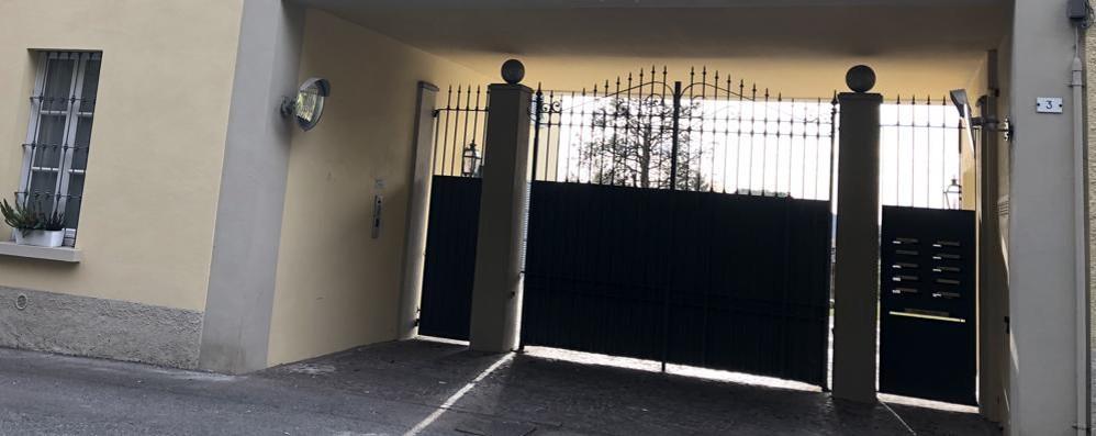 Artista e moglie minacciati con il coltello  Poi i banditi saccheggiano la casa-atelier