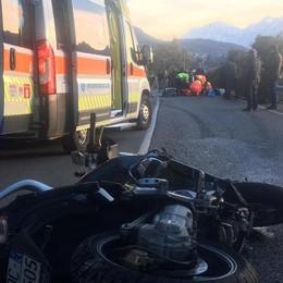 Motociclista perde il controllo  e sbatte contro un muro