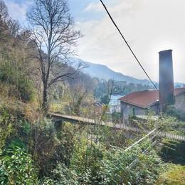 Cade per dieci metri dal ponte  Gravissimo operaio a Mandello