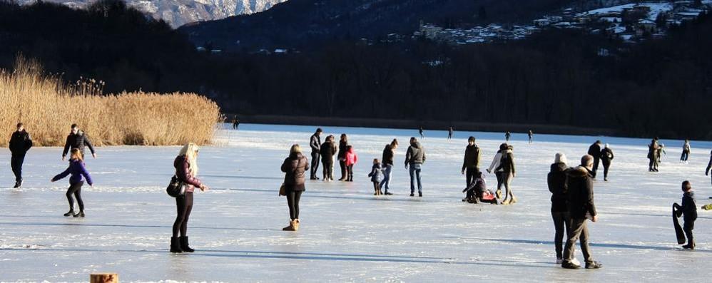 Pattina sul lago ghiacciato  e finisce in acqua, salvato in elicottero