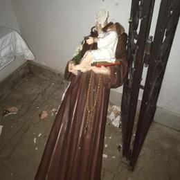 Blitz dei vandali alla casa di riposo  Decapitata la statua di Sant'Antonio