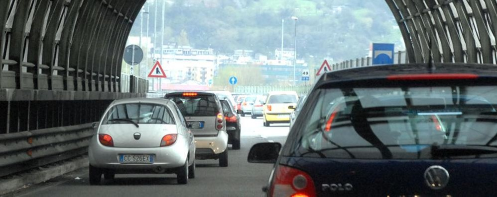 Galleria Monte Barro chiusa  Auto in coda verso la Valtellina