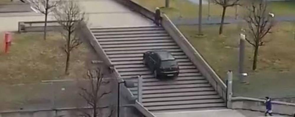 """Lecco, il """"pirata"""" in auto sulle scale  L'ospedale: «È un nostro collaboratore»   GUARDA IL VIDEO"""