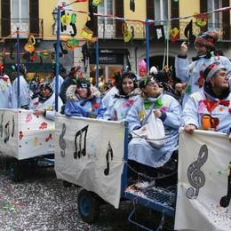 Tra carri e gruppi hanno vinto tutti  A Lecco in premio l'allegria