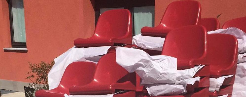 Erba, dona 300 seggiolini per la tribuna Dopo otto mesi sono ancora in magazzino