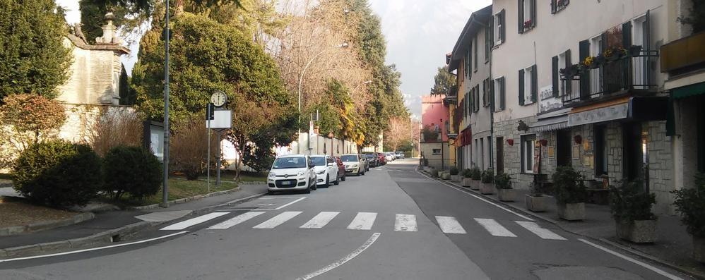 Lungolago di Mandello come il Garda  Passeggiata con meno auto e posteggi