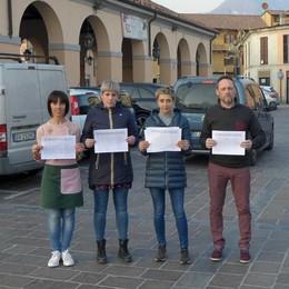 Erba, raccolte mille firme in due giorni  «Non condannate a morte la piazza»